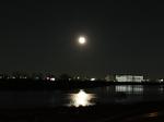荒川から見る月